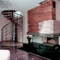 винтовая лестница и камин